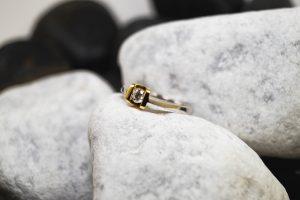 Verlobungsring in einem Materialmix aus Rot- und Weißgold mit einem Brillanten