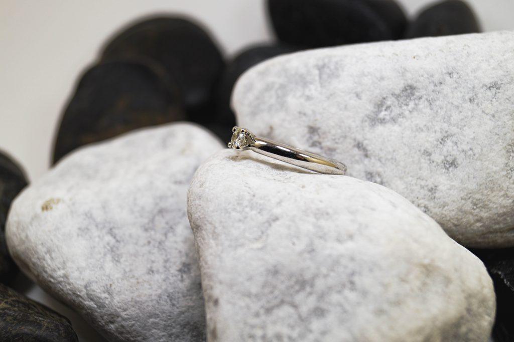 Verlobungsring Weißgoldrundschiene mit Brilliant